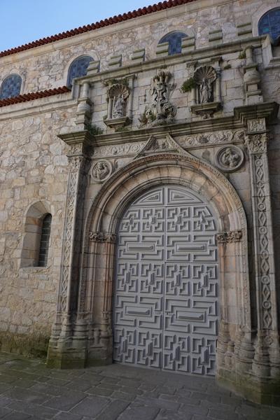 L'entrée de l'Igreja de Santa Clara, cachée au fond d'une place