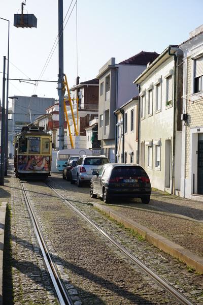 Le tramway pour Foz de Douro, qui zigzague entre les voitures en stationnement!