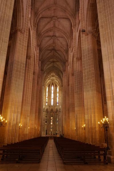 Forêt de piliers dans l'église du monastère de Batalha