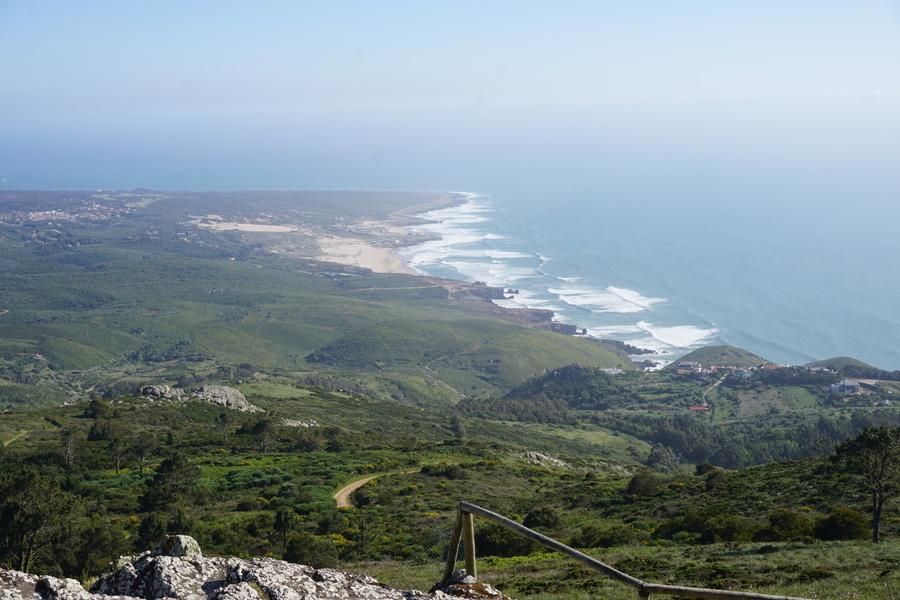 Vue sur la côte depuis le sanctuaire de Peninha