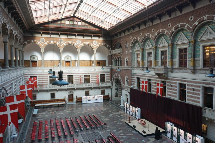 Le grand hall de l'Hôtel de Ville